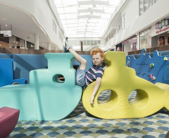 sala zabaw dla dzieci w centrum handlowym, dziecko leży na statku